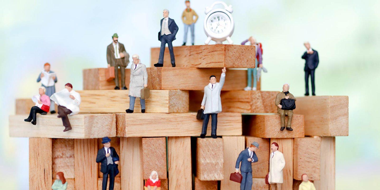 Miniaturfiguren (verschiedene Berufe) und Holzklötze