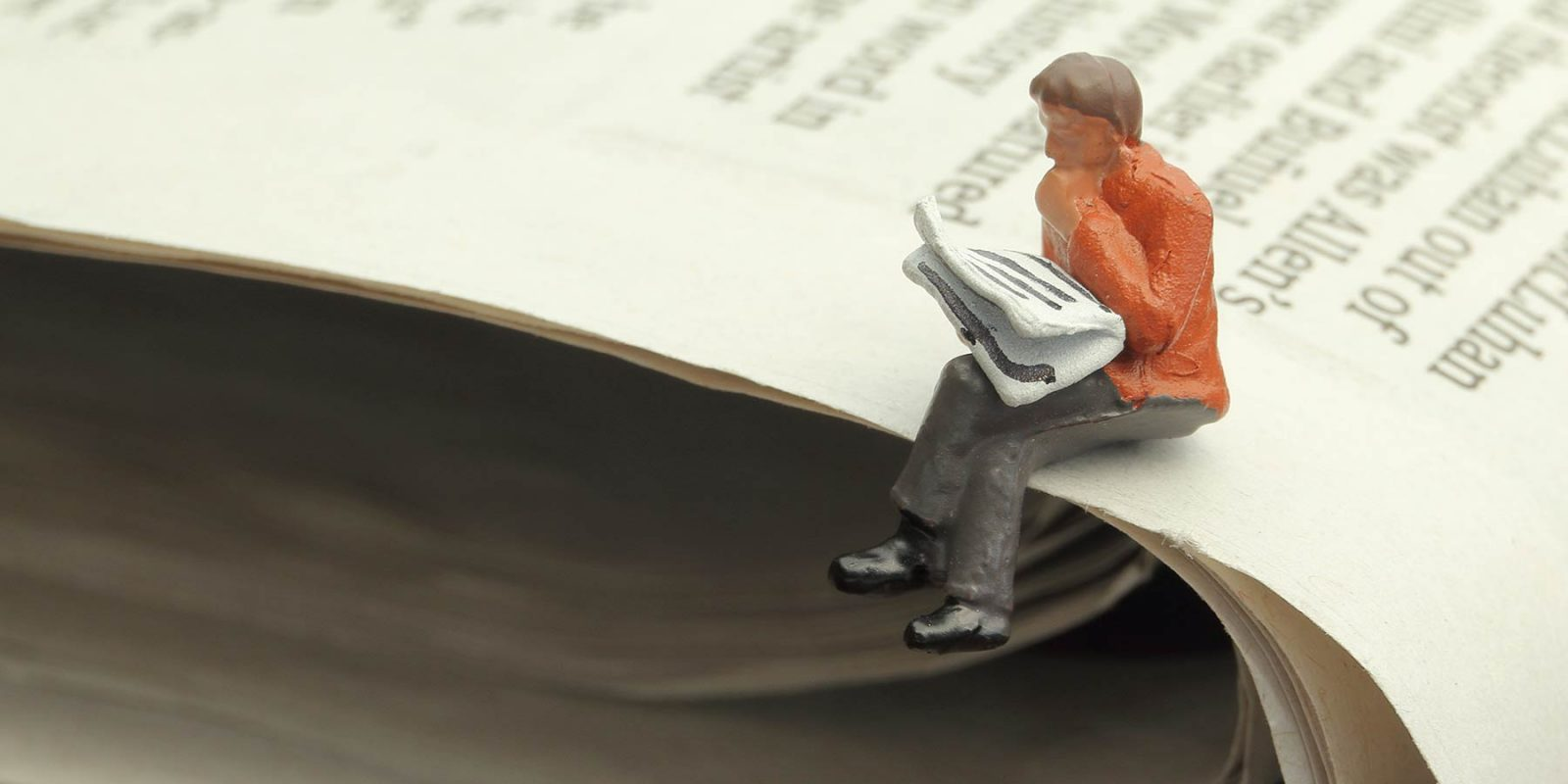 """Konzeptfoto """"Zeitung"""" mit Miniaturfiguren"""